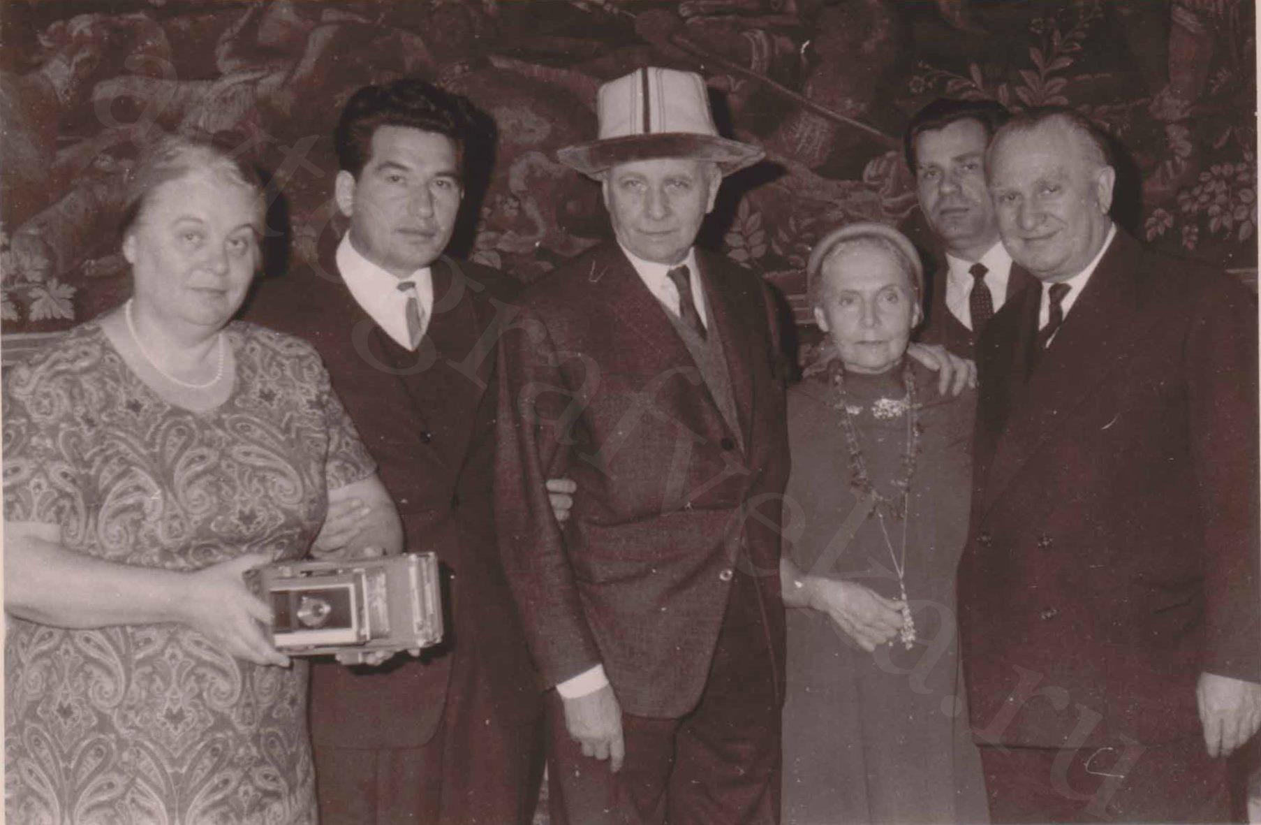 Арагон и Эльза Триоле с Чингизом Айтматовым и послом СССР во Франции Сергеем Виноградовым. Париж. Начало 1960-х годов.