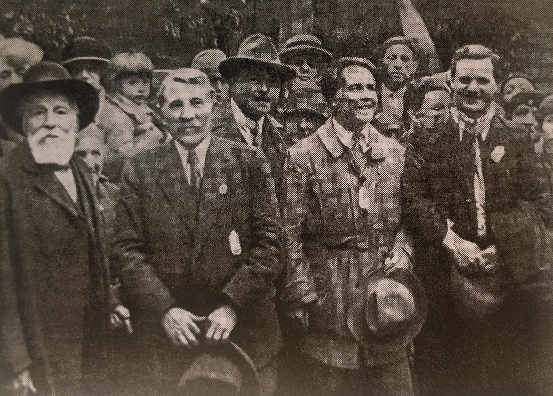 У Стены коммунаров на Пер-Лашез. (Слева направо) Камелина, Кашен, Садуль, Вайян-Кутюрье и Торез. 1926 год